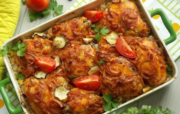 Pomidorowe ćwiartki z kurczaka na gotowanym ryżu.