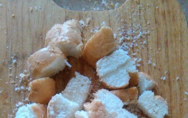 Pudding chlebowy z truskawkami i czekoladą