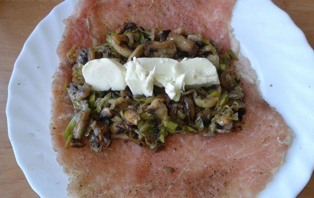 Rolada schabowa z porem,pieczarkami i mozzarellą