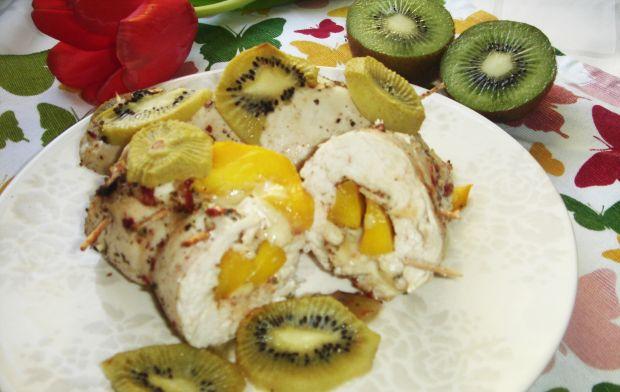 Roladki drobiowe z mango i brie pieczone w kiwi