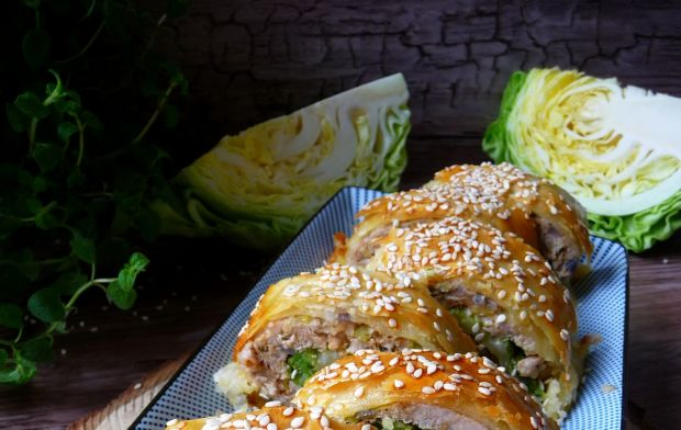 Roladki mięsne z kapustą i ciastem francuskim