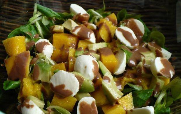 Roszponka z owocami i sosem czekoladowym