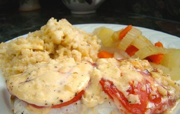 ryba pod beszamelem z pomidorami