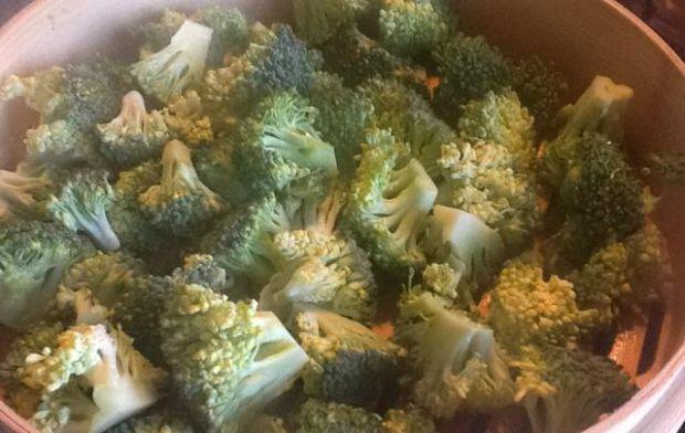 Sałatka brokułowa z jajkiem i migdałami