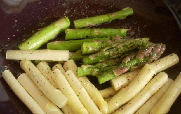 Sałatka z grillowanych szparagów