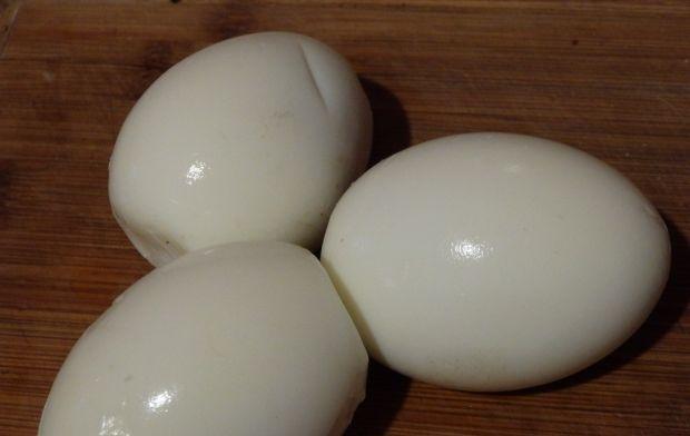 Sałatka z jajem i białą kiełbasą