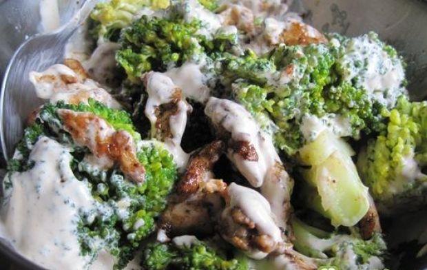 Sałatka z kurczakiem i brokułami - wszystkie składniki dokładnie mieszamy za pomocą 2 łyżek
