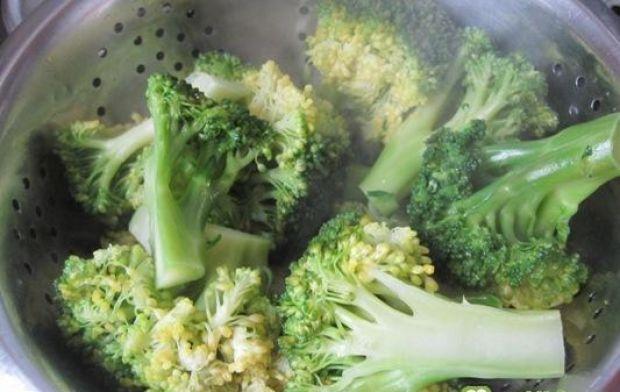 Sałatka z kurczakiem i brokułami - różyczki brokuła gotujemy z kostką warzywną, następnie odcedzamy