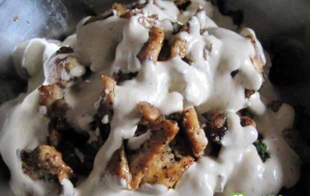 Sałatka z kurczakiem i brokułami - Do miski z różyczkami brokuła przekładamy kawałki grillowanego kurczaka, wlewamy sos