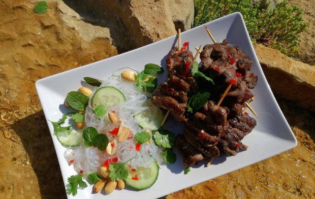 Sałatka z makaronem ryżowym i grillowaną wołowiną