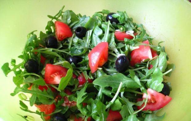 Salatka z rukola i czarnymi oliwkami