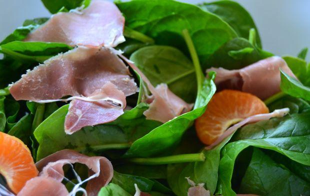 Sałatka ze szpinakiem, cytrusami oraz szynką