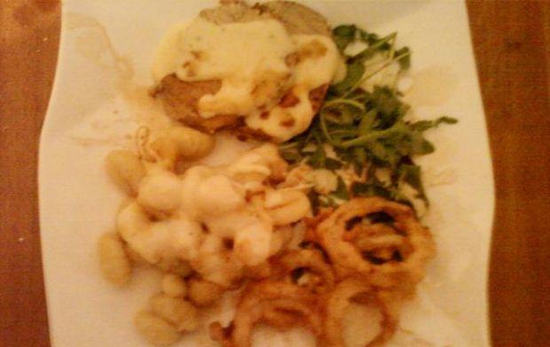 Schab w sosie serowym z gnocchi i rukolą