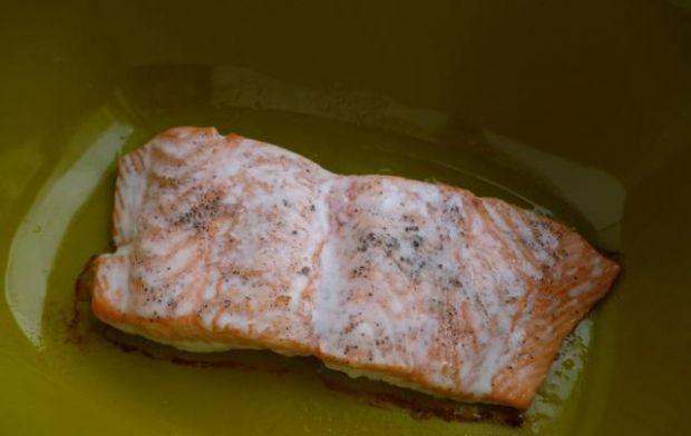 Sojowy łosoś z soczewicą i szpinakiem