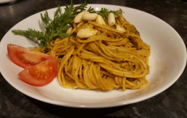 Spaghetti z pieczarkami i pesto z natki marchewki