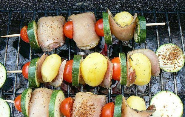 Szaszłyki z młodych ziemniaków z szynką