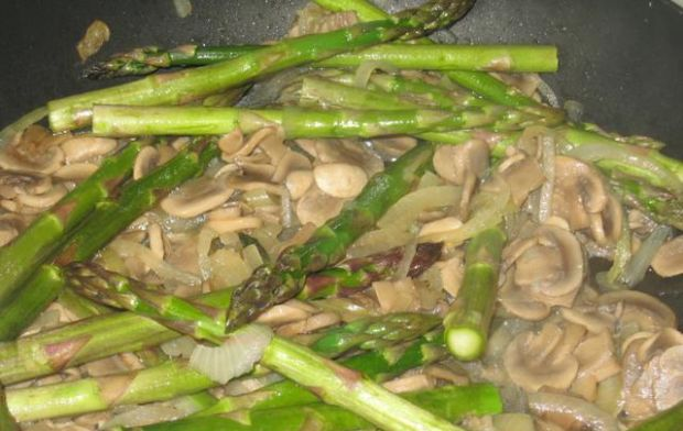 Szparagi z pieczarkami-potrawka