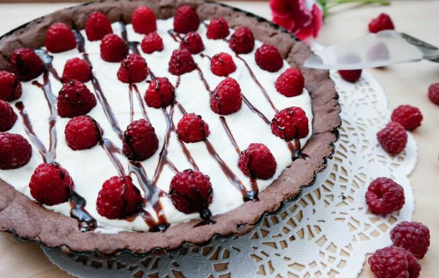 Tarta czekoladowa z kremem tiramisu i malinami