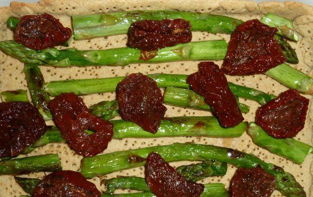 Tarta ze szparagami, susz. pomidorami i koperkiem