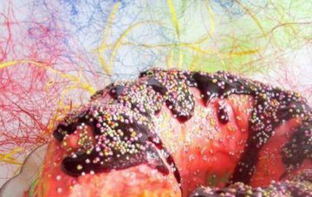 Tęczowy sernik na zimno z owocami