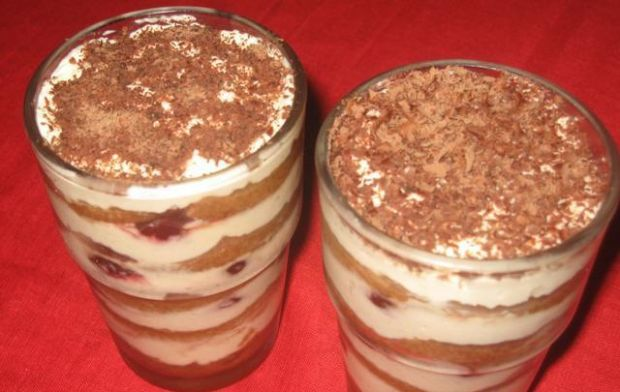 Tiramisu- deser w szklance lub pucharku - Gotowy deser tiramisu z serkiem mascarpone i biszkoptami.
