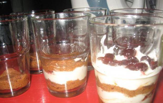 Tiramisu- deser w szklance lub pucharku - W szklaneczkach na przemian układać biszkopty oraz masę.