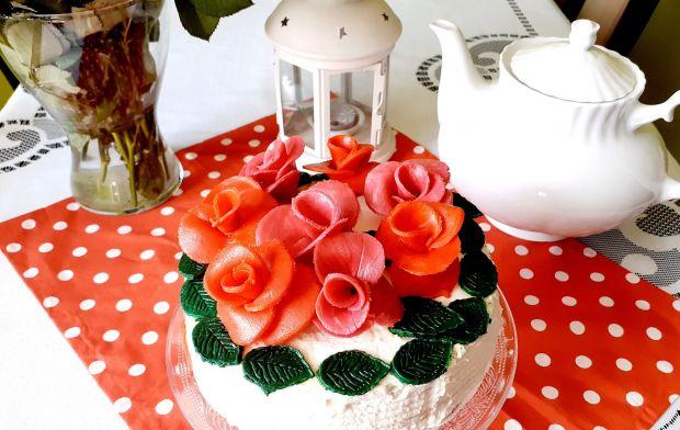 Tort z białą czekoladą, matcha i truskawkami