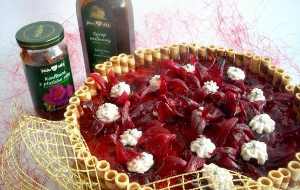 Tort jabłkowy z nutką róży i hibiskusem