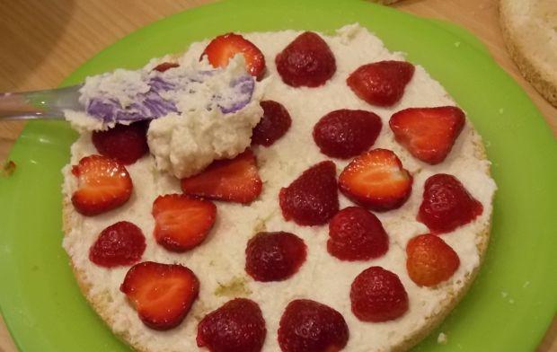 Tort łabędzi puch z truskawkami