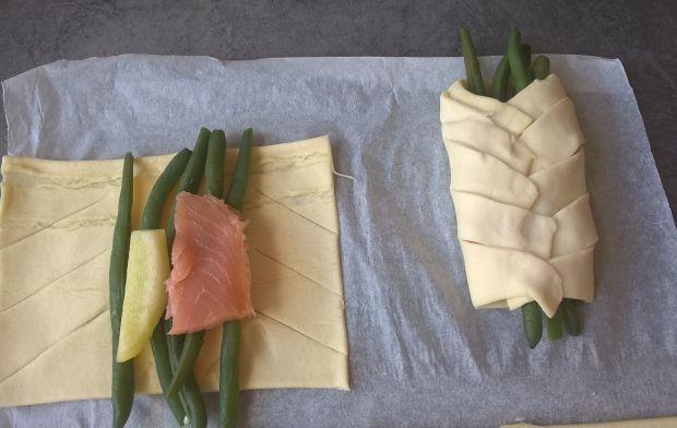 Warkocze z ciasta francuskiego z zieloną fasolką