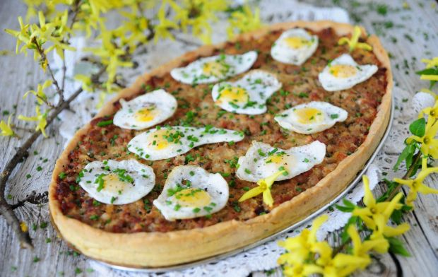 Wielkanocna tarta z sadzonymi jajkami