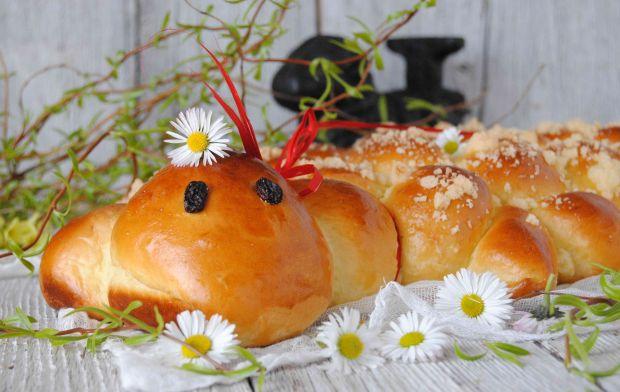 Wielkanocny baranek drożdżowy
