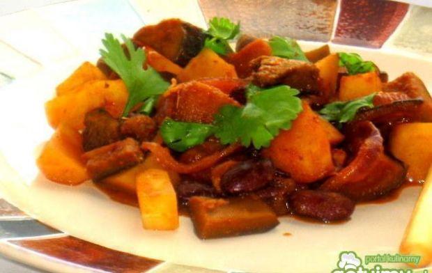 Wołowina z baklażanem i ziemniakami - Pyszne danie z wołowiną,ziemniakami,bakłażanem i fasolą-z dodatkiem pieczywa czy makaronu smakuje wyśmienicie