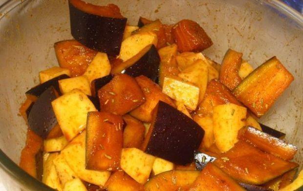 Wołowina z baklażanem i ziemniakami - Ziemniaki i bakłażana mieszamy z drugą łyżką oliwy i przyprawami