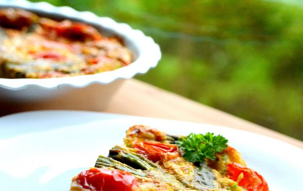 Zapiekanka jajeczna ze szparagami i pomidorkami
