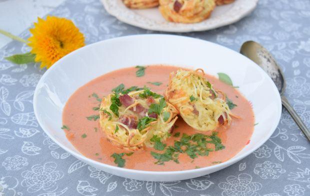 Zupa pomidorowa z makaronowymi koszyczkami