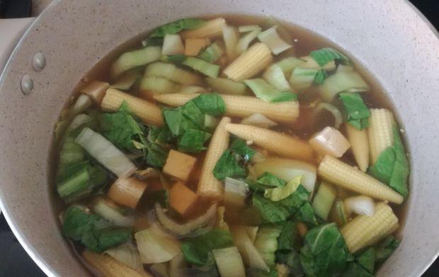 Zupa z tofu z kapustą pak choi i mini kukurydzą