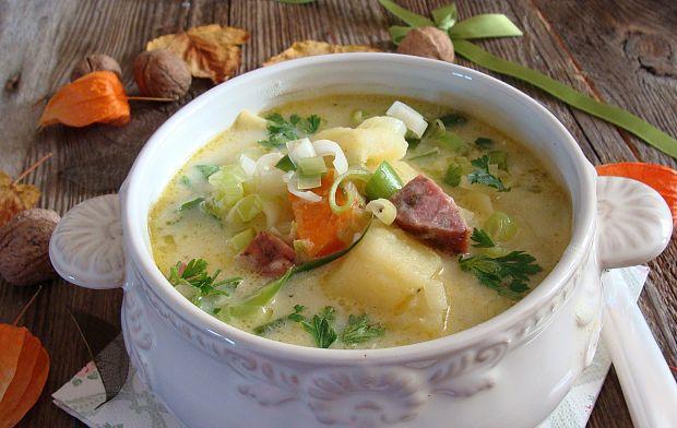 Zupa ziemniaczano porowa z kiełbasa podsuszaną
